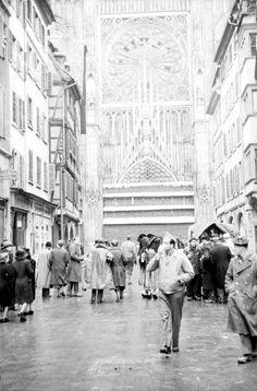 Prise de Strasbourg et sa région par la 2e DB (Division Blindée). Description : Le 23 novembre 1944, Strasbourg est libérée par les unités de la 2e DB (Division Blindée). La cathédrale sera bientôt débarrassée des protections contre les bombardements, tandis qu'un pavillon tricolore flotte déjà à la flèche de l'édifice. Date : Novembre 1944  Photographe : Jacques Belin / Roland Lennad Origine : SCA - ECPAD Référence : TERRE-339-8149