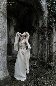 Romantic gown. €895.00, via Etsy.