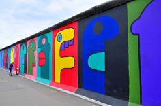 Avevamo già scelto le postazioni. Io, che aprivo lo spettacolo, ero di fronte alla faccia verde con le labbra rosse, l'unica delle cinque a guardare dalla parte opposta. Berlin Wall, Berlin Berlin, Berlin Germany, East Side Gallery, World Cities, Capital City, Wall Art, Amber, Travel