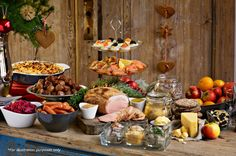 Xmas buffets Set up a buffet table so your guests can mingle easily! See 10 tips for a crowd-pleasing buffet! Christmas Buffet Table, Holiday Tables, Buffet Table Settings, Red Tablecloth, Party Buffet, Buffet Set, Christmas Brunch, Elegant Christmas, Swedish Recipes