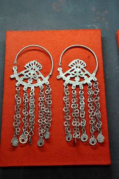 Berber earrings - Each pendant means one child ! A Fatma's hand corresponds to a girl whereas a moon corresponds to a boy. This woman has 4 daughters and 6 sons ! ...