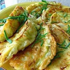 Начинкой в листьях капусты будут сыр и ветчина. Но можно сделать их и с другими мясными продуктами – отварной курицей или мясом, вареной ...