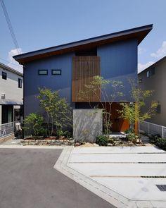 Naoko SumiさんはInstagramを利用しています:「今日はどんより曇り空。。。テンション上がらずダラダラした休日を過ごしてます。←天気は言い訳でやる気がないとも言う🙄 picは夏頃撮ったもの。今は落葉樹がすっかり落ちてしまいかなり寂しい感じに。。。来年またこんな風に緑が茂ってくれるかなぁ🌳🌳」 Japan Architecture, Contemporary Architecture, Architecture Design, House Of Beauty, Beautiful Home Designs, Exterior Cladding, Minimal Home, House Entrance, Japanese House