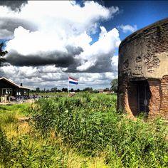 Restaurant UitenMeer aan rivier de Vecht in Weesp met op de voorgrond fort Uitermeer onderdeel van de stelling van Amsterdam.