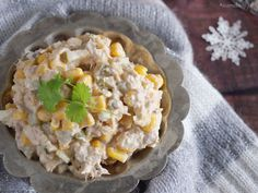 Sałatka z tuńczykiem w sosie własnym, jajkami, korniszonami, kukurydzą i majonezem, tyle wystarczy by stworzyć pyszną przystawkę.