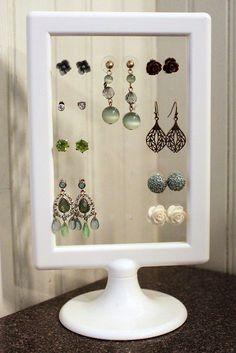 DIY earring stand using an ikea photo frame and using a skewer or pin to make pairs of holes to hang the earrings Diy Earrings Stand, Diy Earring Holder, Diy Jewelry Holder, Earring Display, Jewelry Stand, Stud Earrings, Diy Earing, Jewelry Kits, Beaded Earrings