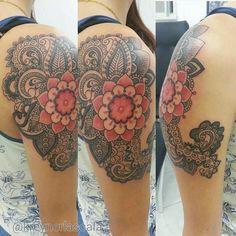 tattoo feita em dot work , renda indiana