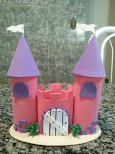 Castelo de princesa confeccionado em E.V.A, para colocar bala de coco, ou docinhos, centro de mesa, ou decoração de festas.