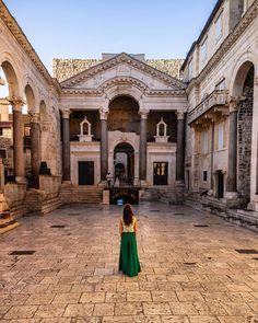 #Split 🇭🇷 Esta es mi tercera visita en Spit y aún no deja de sorprenderme este precioso palacio que se ha transformado en el corazón de la… Louvre, Building, Travel, Croatia, Palaces, Viajes, Buildings, Trips, Construction