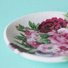 Táto kvetinová miska je určená na odloženie prstienkov a rôznych iných drobností. Je malá, ale šikovná, takže vám na nočnom stolíku či pri umývadle nezaberie veľa miesta a spoľahliv...