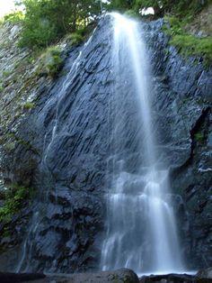 Cascade de Queureuilh près de la ville de Murol est une grande cascade avec ses 30 mètres de chute d'eau. Queureuilh cascade near the town of Murol is a large waterfall with a drop of 30 meters.