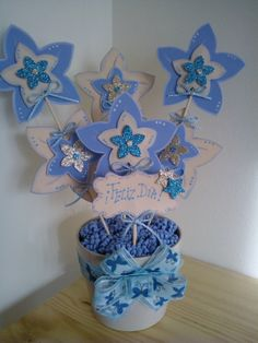 Maceta decorada flores goma eva tonos azul bebé y hueso.