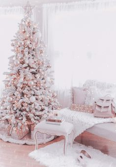 Are you looking for some beautiful Christmas trees for this Christmas? Well, here is a collection of top rose and gold Christmas tree, that will make you design an outstanding Christmas tree and will make for a glamorous, glimmering display. Rose Gold Christmas Tree, Elegant Christmas Trees, Traditional Christmas Tree, Rustic Christmas, Beautiful Christmas, Vintage Christmas, Silver Christmas, Victorian Christmas, Pink Christmas Decorations