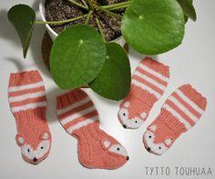 Tyttö touhuaa: Kettusukat ja -tumput vauvalle Knitting Patterns Free, Free Knitting, Christmas Ornaments, Crafty, Holiday Decor, Handmade, Marimekko, Home Decor, Knitting For Kids