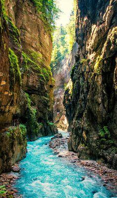 Partnachklamm Garmisch-Partenkirchen (Bayern). Den richtigen Reisebegleiter findet ihr bei uns: https://www.profibag.de/reisegepaeck/