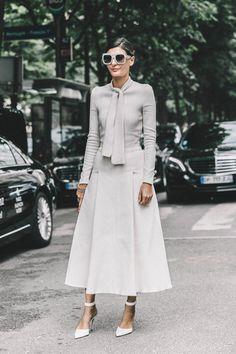 giovanna battaglia, street style, saia mídi branca, scarpin branco, tricot amarração pescoço cinza, maxi óculos cinza
