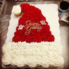 christmas cupcakes Ideas For Cake Decorating Ideas Christmas Santa Hat Christmas Cupcake Cake, Christmas Cake Decorations, Holiday Cakes, Holiday Desserts, Holiday Baking, Oreo Desserts, Christmas Deserts, Christmas Party Food, Christmas Cooking
