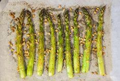 Asperges Vertes Rôties au Piment d'Espelette Pine Nut Recipes, Meals For Two, Asparagus, Stuffed Peppers, Vegetables, Food, Seasonal Recipe, Kitchens, Recipes