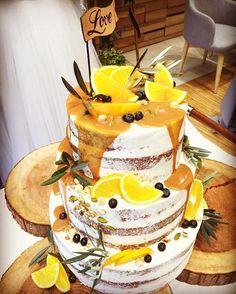 念願のシロップを上からかけるやつ . めちゃ美味しかった! もっと食べたかった…! . . #花嫁あるある#ウエディングケーキ#ネイキッドケーキ#ドロップケーキ#カラードリップケーキ#キャラメル#チョコスポンジ#ナッツ#オレンジ#とにかく美味しい#chaharuwedding#結婚式#卒花嫁#切り株#道後#ウエディング#披露宴#旗は自分で作ったよ