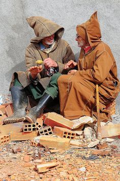 Gossips in the souk Morocco #People of #Morocco - Maroc Désert Expérience tours http://www.marocdesertexperience.com