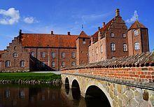 Katholm Slot, Djurs, Jylland - Katholm Slot er en gammel sædegård, som er oprettet i 1545 af Christen Fasti. Hovedbygningen er opført i 1588-1591 og tilbygget i 1622. Katholm Gods er på 1170 hektar.