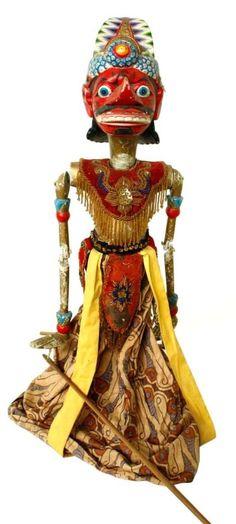 Marionnette en bois d'acajou utilisée lors du spectacle Wayang Golek Représente Rahwana, personnage principal de la légende hindoue, le Ramayana. Connu pour avoir fait enlever Shinta, l'épouse de Rama pour réclamer vengeance sur Rama qui a coupé le nez de sa soeur. Egalement décrit comme un adepte fervent de Shiva, un grand érudit, un dirigeant capable et un maestro de la Veena. Selon certaines théories, il aurait régné sur le Sri Lanka de 2554 à 2517 avant JC. Origine: Bandung (Java ...