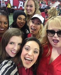 Anna Kendrick and Her Pitch Perfect 3 Co-Stars Cheer on Atlanta Falcons at Star-Studded Football Game Anna Kendrick Pitch Perfect, Pitch Perfect 1, The Hit Girls, Fat Amy, Anna Camp, Rebel Wilson, Lin Manuel Miranda, Comedy Movies, Girl Pictures