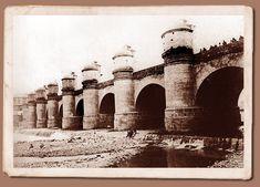 En los años 1748 y 1763 hubo desastrosas riadas que se llevaron los tajamares del rio Mapocho e inundaron la ciudad. Como consecuencia surgió la idea de construir un sólido puente. La obra se puso en ejecución en septiembre de 1767, frente a la que hoy todavía se conoce como calle del Puente. Se señala como fecha de su apertura el 11 de febrero de 1782. En su construcción se utilizaron medio millón de de huevos de gallina consumidos en la mezcla con que se unieron los materiales Old Pictures, Old Photos, Iglesia San Francisco, Lima Peru, Beautiful Places In The World, Brooklyn Bridge, Taj Mahal, Old Things, Architecture