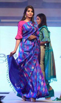 Blouse sleeve & blue and pink silk saree Silk Saree Blouse Designs, Saree Blouse Patterns, Blouse Neck Designs, Blouse Styles, Sleeve Designs, Pola Lengan, Latest Designer Sarees, Kurti Designs Party Wear, Sumo