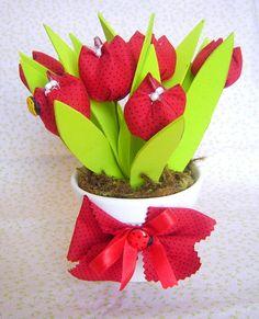 Vaso com tulipas em tecido e aplicação de joaninhas.   Enfeite lindo para ser usado como enfeite de mesa e lembrancinha em festas no tema.  ****Pode ser feito em outras cores**** ****** O prazo de entrega pode variar de acordo com a quantidade encomendada****** R$18,90