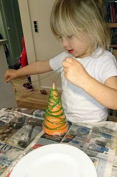 Da jeg tilsyneladende har et eller andet med juletræer i år, måtte jeg igang med at kreere et par stykker, efter at have set et billede af ... Diy Christmas Ornaments, Christmas Decorations, Diy For Kids, Crafts For Kids, Paper Cactus, Succulent Planter Diy, Cactus Decor, Thanksgiving Crafts, Diy Paper