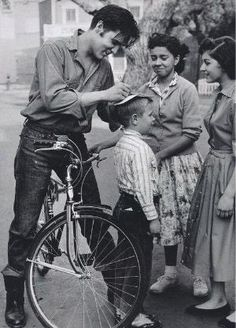 """oldhollywoodfilms: """"A bike-riding Elvis Presley signs autographs for some young fans. Elvis Presley, Old Pictures, Old Photos, Vintage Photos, Old Photographs, Mississippi, Young Elvis, Photo Focus, Powerful Images"""