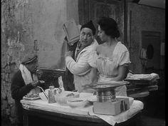 """Sofia Loren e Giacomo Furia nell'episodio Pizze a credito de """"L'oro di Napoli"""" film a episodi del 1954 diretto da Vittorio De Sica."""