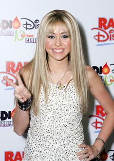 hannah montana on stage - Google Search Hannah Montana The Movie, Family Channel, Miley Cyrus, Red Carpet, Stage, Idol, Google Search, Fashion, Moda
