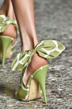 Trendy High Heels For You : Regilla Stella Jean 2015 Look Retro, Look Vintage, Silver Heels, Black Heels, Green Heels, Pretty Shoes, Beautiful Shoes, Beautiful Life, Crazy Shoes