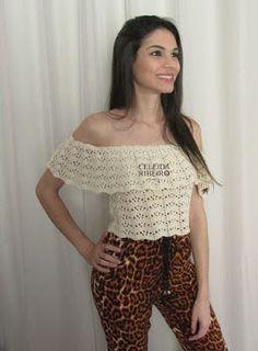 Celeida Ribeiro: Cropped de crochê com decote ombro a ombro.
