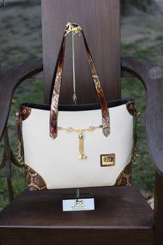 Fique mais Fashion com uma mala Cavalinho! Get more Fashion with Cavalinho handbag! Ref: 1100079 #cavalinho #cavalinhoficial