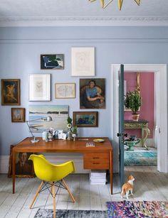 Fauteuil Eames, bureau danois fifties, céramiques de B. Wiinblad et E. de Waal, peintures et photos de famille, lithographies de Matisse et Arp, avec vue sur l'entrée en rose dragée.