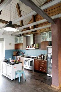 KJØKKEN: Kjøkkeninnredningen har en egenkomponert forskalingsplate som benk. Kjøkkenøya er et gammelt varmeskap fra et kloster.