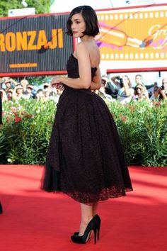 Shannyn Sossamon - perfect dress. ck saw my friends niece in a heels and dress like this...she was fearless, glad to see a young lady doing this look!