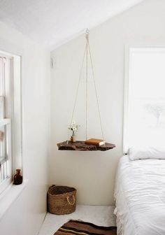 Une table de chevet suspendue | Hanging wooden bedside table | Mediterranean style