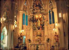 Candela Igualador nos demuestra, una vez más, los muchos rincones de nuestra ciudad que pasan desapercibidos ante nuestros ojos y que esconden espacios tan maravillosos como los de estas iglesias. …