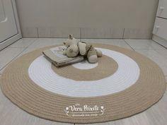 Lindo tapete de crochê redondo nas cores branco e bege.Este tapete é lindo, esta composição ficou perfeita, alegre, suave e muito chique.Feito com material B...