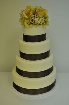 Classy simple modern and classic, all in the same wedding cake.