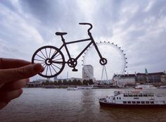Photographer Transforms Famous Landmarks Using Paper Cutouts, London Eye Optical Illusion Photos, Optical Illusions, London Landmarks, Famous Landmarks, Historical Landmarks, London Eye, Perspective Forcée, Forced Perspective Photography, Famous Architecture