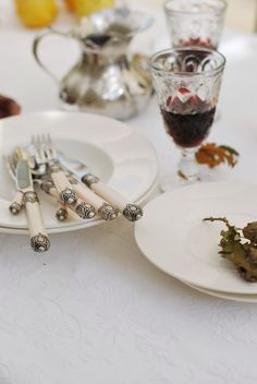 a SIMPLE AND BEAUTIFUL TABLE SETTING.. valdirose