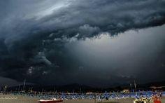 METEO, ombrelli pronti per la prossima settimana. Arriva il freddo atlantico Ultimo domenica di agosto all'insegna del gran caldo, poi il l'anticiclone Augusto lascerà lentamente la penisola. Temperature ancora molto alte per tutta la giornata di oggi, da domani lunedì 31 ago #meteo #ombrelli #freddo