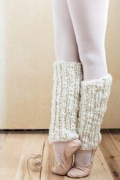 Crochet Leg Warmers, Knitted Slippers, Crochet Slippers, Knit Slippers Pattern, Vogue Knitting, Knitting Socks, Leg Warmer Knitting Pattern, Knitting Patterns, Girls Leg Warmers
