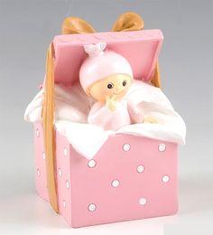 Figuras tarta bautizo. Figura hucha para pastel bebé niña dentro de cajita sorpresa. Medidas: 9 x 14,5 x 9 cm