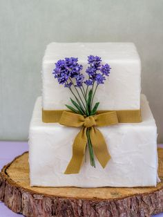 Rustic Wedding Cake with gumpaste Lavender, Fondant burlap bow and Wafer Paper.  Hochzeitstorte mit Lavendel aus Blütenpaste, Juteschleife aus Fondant und Papiersturktur aus Wafer Paper  #wedding #weddingcake #lavender #gumpaste #waferpaper #burlap #rustic